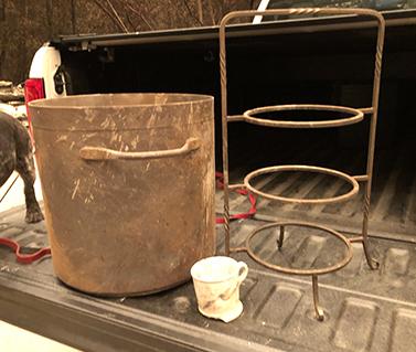 a pot, a pie server, a mug